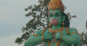 La vue de la statue de Hanuman dans Batu foudroie, Kuala Lumpur, Malaisie banque de vidéos