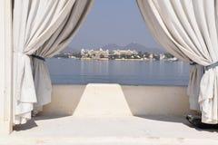 La vue de la ville d'Udaipur du palais de jardin de lac a également appelé Jag Mandir sur le lac Pichola dans Udaipur, Ràjasthàn, Photos stock