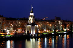 La vue de la ville Dniepr, Ukraine, église avec l'éclairage à la soirée d'automne, lumières s'est reflétée dans l'eau Photos libres de droits