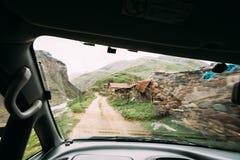 La vue de la voiture vieille vident le village abandoné abandonné avec Dilapida Image stock