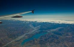 La vue de lac d'un hublot d'avion Image libre de droits