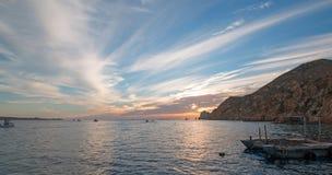 La vue de lever de soleil de Fishermans des bateaux de pêche sortant pour le jour après des terres finissent dans Cabo San Lucas  Photo stock