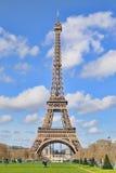 La vue de lumière du jour de Tour Eiffel (visite Eiffel de La), est une tour de trellis de fer située sur le Champ de Mars Photo stock