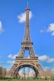 La vue de lumière du jour de Tour Eiffel (visite Eiffel de La), est une tour de trellis de fer située sur le Champ de Mars Images stock