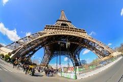 La vue de lumière du jour de Tour Eiffel (visite Eiffel de La), est une tour de trellis de fer située sur le Champ de Mars Photographie stock libre de droits