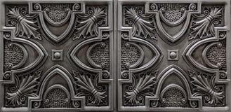La vue de luxe étonnante gentille de l'argent détaillé et foncé texturisé, plafond métallique couvre de tuiles le fond images libres de droits