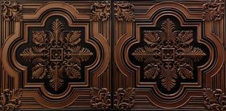 La vue de luxe étonnante de plan rapproché magnifique du plafond texturisé de brun détaillé et foncé couvre de tuiles le fond images stock