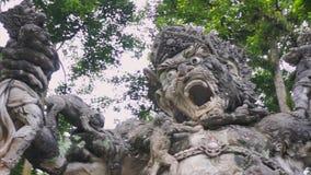 La vue de la main a découpé la sculpture en pierre grise de la créature animale spirituelle et religieuse clips vidéos