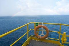 La vue de mer d'en mer mettent sur cric la plate-forme de forage  photo stock