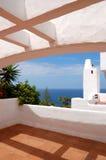 La vue de mer d'une terrasse d'hôtel de luxe photos stock