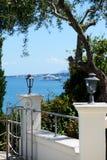 La vue de mer et le yacht moderne Photos stock