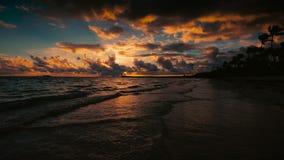 La vue de mer de lever de soleil avec le cloudscape et l'île tropicale échouent Station de vacances de Punta Cana, République Dom banque de vidéos