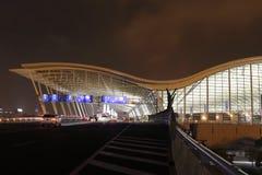 La vue de nuit de l'aéroport international de Changhaï Pudong Photo libre de droits