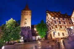 La vue de nuit de la cour intérieure dans Kaiserburg photographie stock libre de droits
