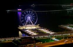 La vue de nuit des ferris roulent dedans Bakou image stock