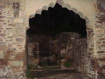 La vue de nuit des ruines se retranchent historique antique royal Photos stock