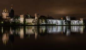 La vue de nuit a illuminé le couvent de Novodevichy de notre Madame de Smolen Photographie stock libre de droits