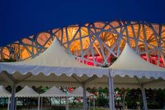 La vue de nuit de nid d'oiseau de village de Jeux Olympiques dans Pékin, Chine photos stock