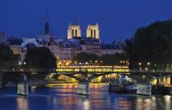 La vue de nuit de la Seine au cours de la nuit avec certains ponts touristiques aiment Pont des Arts et Pont Neuf, Paris Photos libres de droits