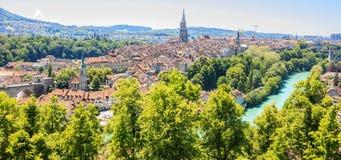 La vue de panorama de la vieille ville de Berne à partir du dessus de montagne dans la roseraie, rosengarten, le canton de Berne, Image stock