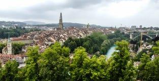 La vue de panorama de la vieille ville de Berne à partir du dessus de montagne dans la roseraie, rosengarten, le canton de Berne, Photos libres de droits