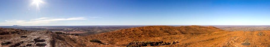 la vue de panorama de l'uluru après avoir augmenté l'Uluru avec le tjuta de kata dans la distance, ayers basculent, le centre rou photographie stock