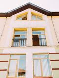 La vue de partie supérieure de la maison jaune avec la fenêtre ouverte Photo libre de droits