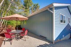 La vue de patio d'arrière-cour d'un beau bleu a transformé à la maison images stock