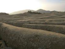La vue de paysage avec des crevasses s'approchent des volcans boueux Images libres de droits