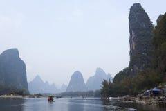 La vue de paysage de Li River, bateaux naviguent en rivière Photographie stock libre de droits