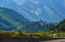 La vue de paysage de fond du château antique hohenwerfen parmi les montagnes Photos stock