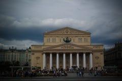 La vue de paysage urbain au théâtre de Bolshoi et le Teatralnaya ajustent à Moscou à la coupe du monde du football de la FIFA, 20 Image libre de droits
