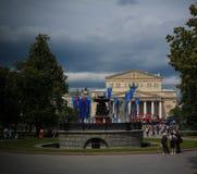 La vue de paysage urbain au théâtre de Bolshoi et le Teatralnaya ajustent à Moscou à la coupe du monde du football de la FIFA, 20 Photographie stock libre de droits