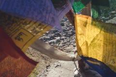 La vue de paysage urbain brouillent cependant les drapeaux colorés de prière Photographie stock libre de droits