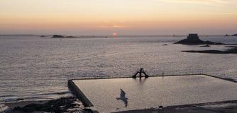 La vue de petit soit fort et grand soyez piscine d'île et d'eau de mer au crépuscule Saint Malo, la Bretagne, France image libre de droits