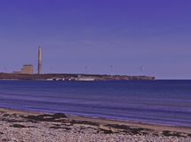 La vue de plage du charbon les turbines 3510 d'usine et de vent de puissance de feu images libres de droits