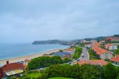 La vue de la plage et la ville de Comillas de Guell et de Martos se garent n images stock
