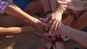 La vue de plan rapproché de beaucoup de mains a ensemble uni dans l'appui Concept de travail d'équipe et d'amitié Tir au ralenti banque de vidéos