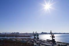 La vue de port, sunlights de ciel de mer embarquent la grue commerciale Photographie stock libre de droits