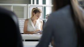 La vue de portrait par des personnes épaule sur le lieu de travail de patron banque de vidéos