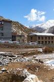 La vue de réserve naturelle de Yading de l'hôtel et la montagne aménagent en parc jpg Photos stock