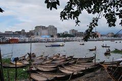 La vue de la rivière de Buriganga à la région de Sadarghat avec certains lance Image libre de droits