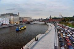 La vue de la rivière de remblai et de Moscou de Moskvoretskaya de Zaryadye se garent moscou Russie Photos libres de droits