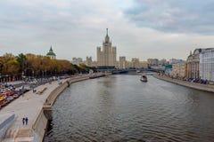 La vue de la rivière de remblai et de Moscou de Moskvoretskaya de Zaryadye se garent moscou Russie Photos stock