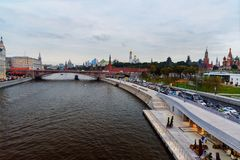 La vue de la rivière de remblai et de Moscou de Moskvoretskaya de Zaryadye se garent moscou Russie Photo stock