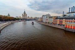 La vue de la rivière de remblai et de Moscou de Moskvoretskaya de Zaryadye se garent moscou Russie Photo libre de droits