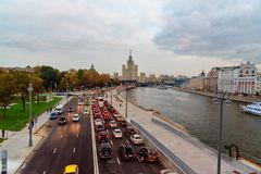 La vue de la rivière de remblai et de Moscou de Moskvoretskaya de Zaryadye se garent moscou Russie Image libre de droits
