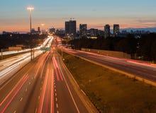 La vue de la route 401 à Toronto, Canada avec la traînée s'allume à images stock