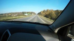 La vue de la route du siège de passager de la voiture banque de vidéos
