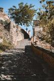La vue de la rue dans le village de Savoca en Sicile, Italie photos stock